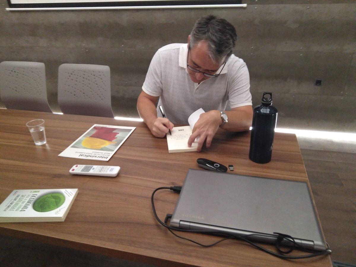 Vicent Cucarella signa llibres al final de l'acte.
