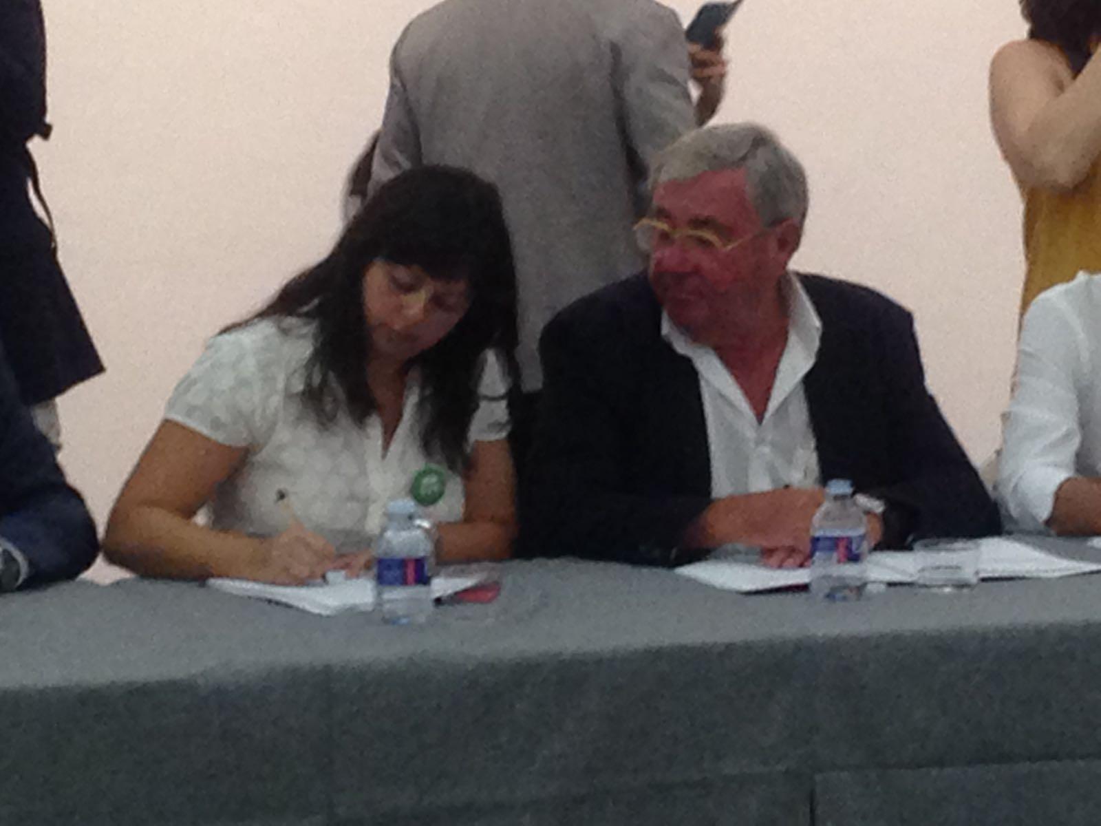 Beatriu Cardona, responsable de Dones de la Iv, en la signatura del pacte