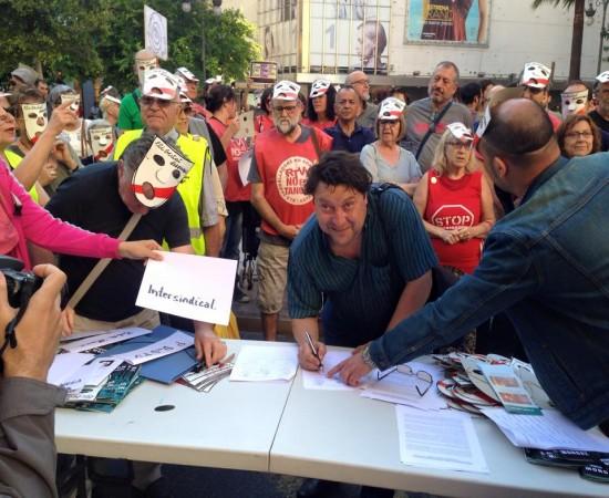Marco Llerena, de la Intersindical Valenciana, signant el manifest contra la Llei Mordassa