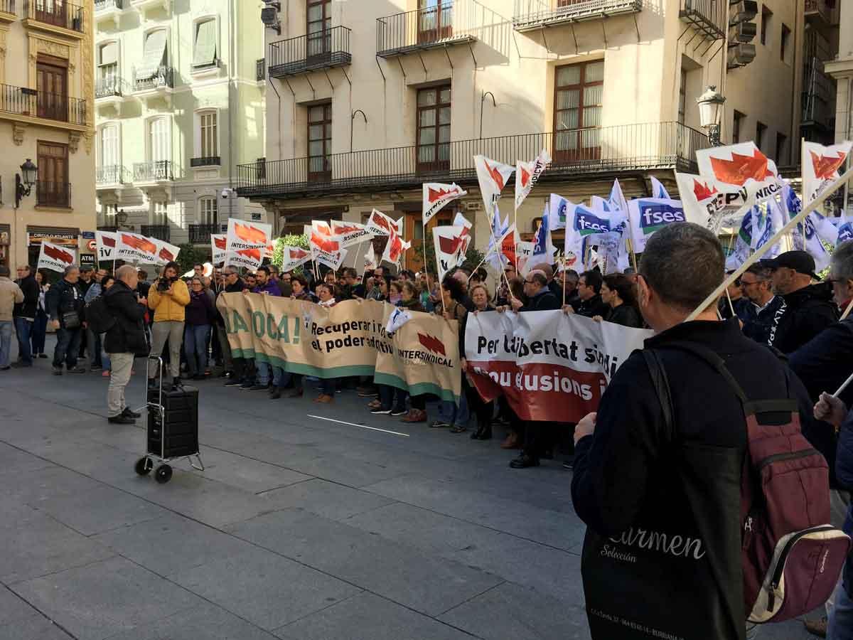 Imatge de la concentració d'ahir davant el Palau de la Generalitat a València.