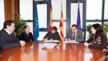 Mª Àngels Llorente, directora de l'Escola, i Vicent Climent, rector de la UJI, durant la signatura del conveni.