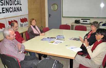 Dora Regina Saldaña, durant la reunió amb membres de la Intersindical Valenciana