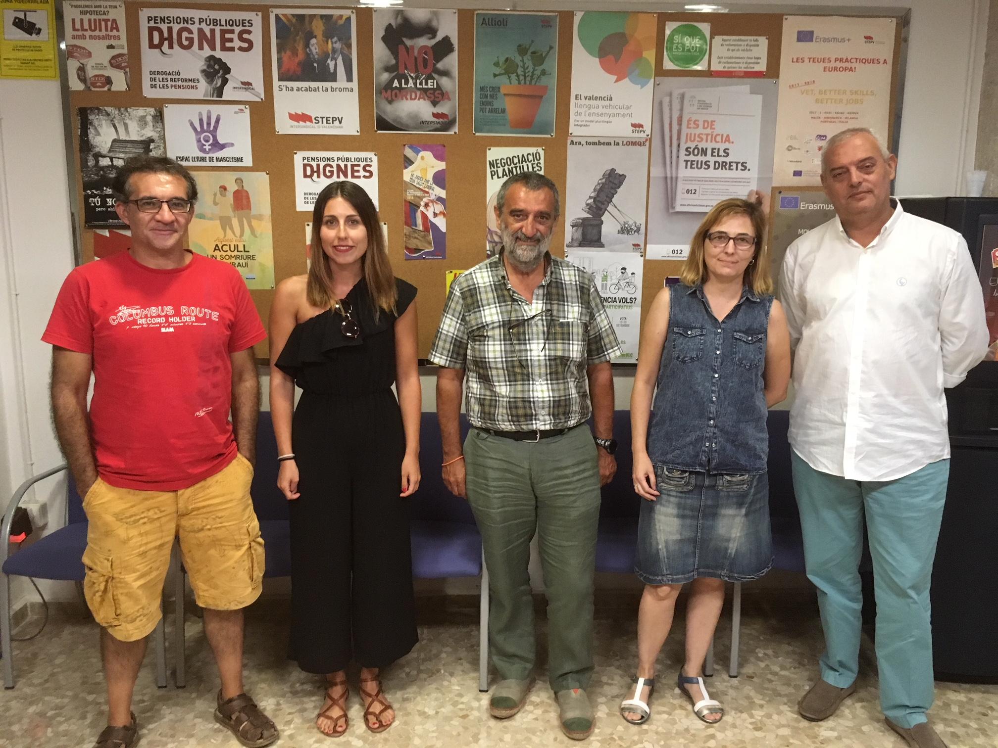 Membres d'Escola Valenciana i Intersindical durant la reunió