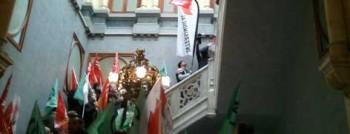 Delegats i delegades sindicals ocupen la Presidència de la Generalitat.