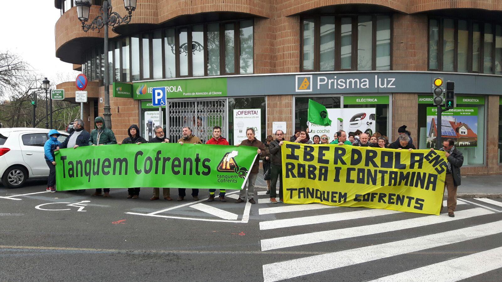 Concentració en contra de la pujada dels preus de la llum i de la contaminació de les elèctriques, el 11 de febrer