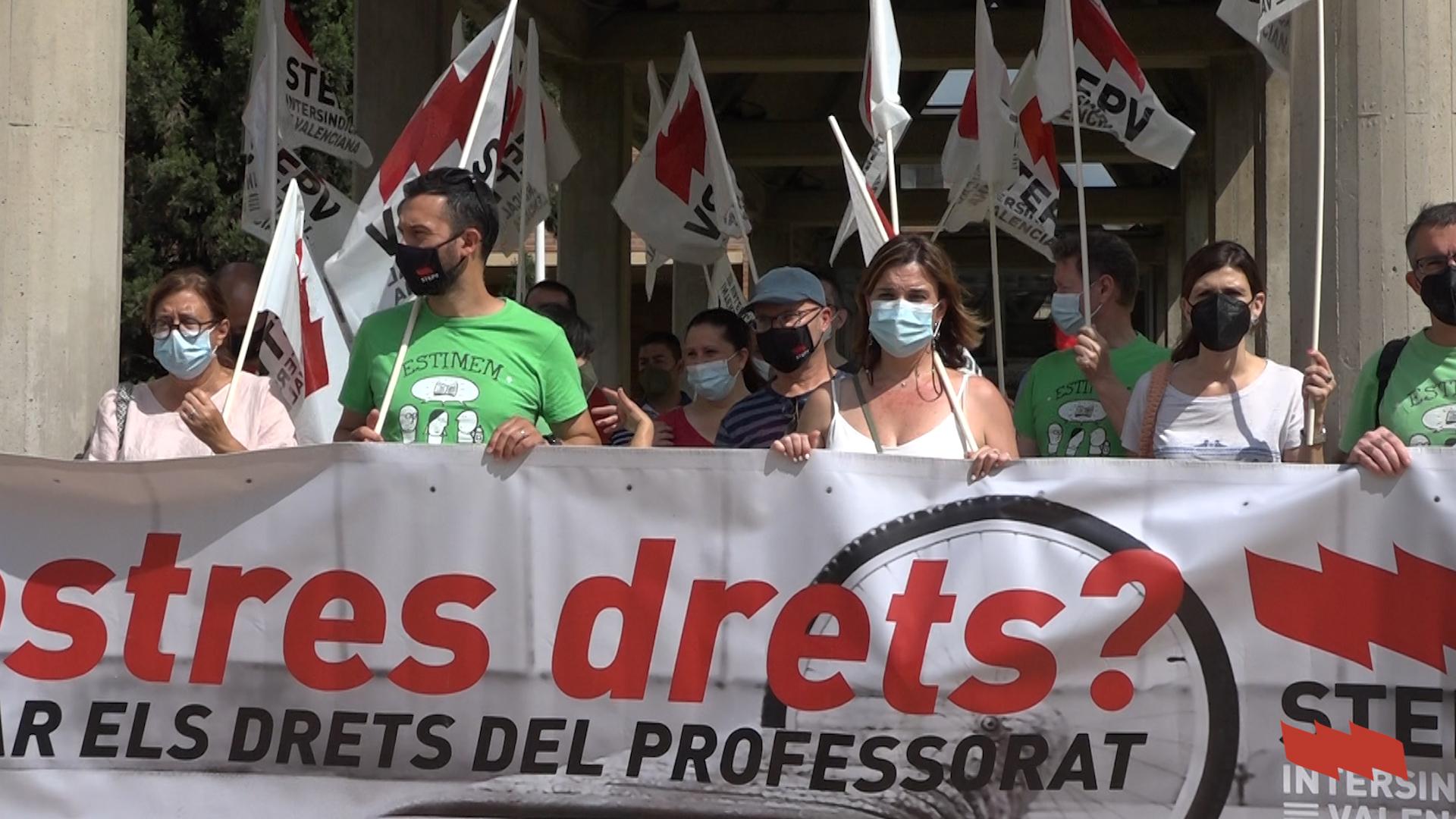 Concentració davant la Conselleria pel manteniment de ràtios i del professorat